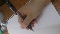 最近ペンの持ち方を直そうと思って調べてやってみたのですが、正しい持ち方があまりに持ちにくく、力が入らないので筆圧もありません。 もちろん字もかなり書きにくいです。 頑張って力を入れても、ペンが紙に負け て紙に押しつけて字を書くというより、紙の上をペンが引きずられている、と言う感じです。 これは何故なのでしょうか? また、直す方法を教えてください。  写真は私なりに正しい持ち方をしてみました。...