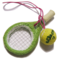 テニスラケット&テニスボールのストラップの作り方。  フェルトと針金で作るラケットの作り方、教えてください!  先輩にお守り風にあげたいとおもいまして(汗   写真のような物です。