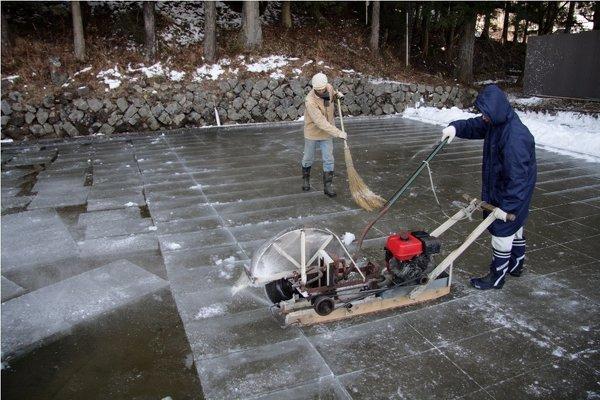 天然氷って汚くないんですか? 天然氷って屋外の池みたいな所で作っているみたいですが 動物や虫の...