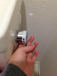 トイレのレバーの向きについて。  トイレのレバーには大小ありますが、傾ける向きがわかりません。  レバーには、  ↑ 大  小 ↓  という風に書いてあります。 それは大の場合レバーを右側面からみて時 計回りなのか、それとも単純に奥という風に捉えるのか(画像のように)どちらが正解ですか? 流した感じではどちらも強さは同じように感じ、わかりませんでした。