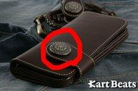メンズの長財布について質問です 写真の赤く囲んである ワッペンみたいなボタンのことを何と言うのですか? またこのボタンは変えられるのですか 裏を見るとプラスドライバーの穴があります