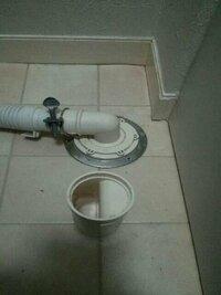 洗濯機の排水溝からの水漏れの回答ありがとうございました。 写真のようにトラップを外して排水すれば水漏れしません。 このトラップは、取り付けの向きなどあるんでしょうか? メーカーもわかりません。
