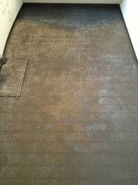 クエン酸でお風呂の床(黒色)を掃除したら、写真のように全体的に白っぽくなってしまいました。石鹸カスなど落とすつもりでやったのに余計汚れてしまい困っています。解決方法がおわかりでしたらご教授ください...