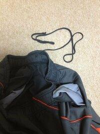 ズボンのひもが片方だけ、飛び出してしまいました。元に戻す(左右両方とも同じくらいの長さにする)方法ってありますかね?