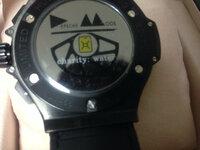 オークションにて怪しい商品を発見しましたが、これは本物でしょうか? http://page2.auctions.yahoo.co.jp/jp/auction/b154557806 ウブロ ビッグバンタイプの出品です。   ケース セラミック×ステンレス(PVD) ムーブメント クォーツ ベルト ゴム製   時計本体とその箱の出品です。   こちらの時計は秒針、長針、短針は正常...