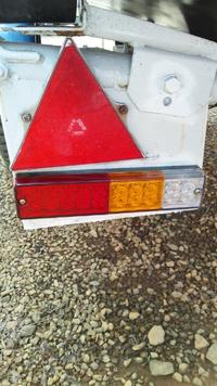 汎用LEDテールランプの配線について… ボートトレーラーに付けようとネットで3灯式のLEDテールランプを購入し自分で取り付けてみたところ…点灯が思わしくありません。症状は次の通りです。わかる方がおりましたら改善方法を教えて下さい。  ○アースはトレーラー車体からとりました。 ○各配線はテスターで電流が流れていることを確認。 ○バッグランプ&ウインカーの点灯は異常なし ◎ブレーキ配線の...