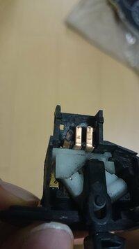 ウィンカーが点滅しない。。 Dio、AF68ですが上記のとおりです。スイッチを入れるとメーターのウィンカーランプが点灯、すぐ消えてカチっという音と共にウィンカーが点灯しっぱなしになります。 (右も左も)  試したのは以下のとおりです。  1、バッテリー充電(セル元気に回る) 2、球切れ・ヒューズチェック→切れ無し 3、ウィンカーリレー交換→治らず 4、ウィンカースイッチはずし...