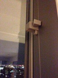 ベランダの窓の上下(家側)にこういうプラスチックのものがついています。飛び出している部分が鍵のように動くのですが、動かしても窓のあきかたには何もかわりがありません。マンションですが、 築5年程のマンションです。 これは一体どういう使い方をするものでしょうか? リビングダイニングが横型なのでベランダへ出る窓は2枚×2つあり、どちらの窓にもこれがついています。