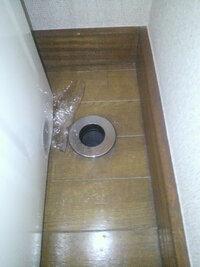 画像のような、洗濯パンがない洗濯機置き場排水溝に、洗濯機の排水ホースを正常に接続する方法を教えてください。宜しくお願いします。