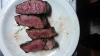 スーパーでかった牛肩ロースのステーキ肉をかい焼いてみたのですが、この赤さは大丈夫でしょうか? お腹を壊したりしませんか?