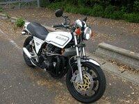 このバイクってそんなに値打ちあるバイクなのですか? 僕はバイクに全く詳しくないので教えてください。 近所の兄ちゃんが最近バイク買い替えました。 でも見たら形の古臭いバイクでした。 「なんでこんな形の...
