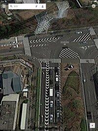 ロードバイク。自転車の交通ルール?について質問です。下のような写真のとき、右折したいがどうすれば良いかわかりません。基本自転車は左に寄って走り、右折は二重右折。と言うのはわかります。でもこの場合は違う ような気がするんです。この場合の右折方法を詳しく教えてください。