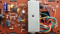 IC?オペアンプ? 音楽機材に使用されているオペアンプ、抵抗、コンデンサ等について詳しい方、 ご教授よろしくお願い致します。   30年ほど前に販売されていた、エレキギター用コンパクトエフェクター(アンプから出る音を歪ませたりする機材。)のクローンを只今作成中です。 その回路にJRC4558DVという、30年~40年ほど昔のオペアンプを使用する予定です。(写真のモノ。)出来れば抵抗やコ...