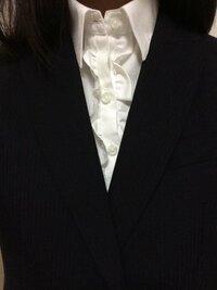 【至急!】学校で企業の説明会があって リクルートスーツを着るのですが中のシャツのボタンの両端に写真のようなフリルがついているのですが、大丈夫でしょうか? ないほうがいいのかわからなくて困っています!回答お願いします!!