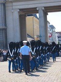 王宮警護の近衛兵交代の行進です。  街中を行進するには、やはり警察官のエスコート付きなのでしょうか?