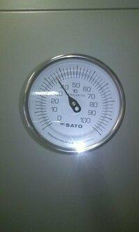 空調機についてる給気の丸型温度計ですが ほかの階の空調機と比べて温度が高いです この温度計壊れてると思うのですが 壊れてる原因はなにが考えられますか・ バイメタルが不具合とかですか? 写真つけるのわすれました