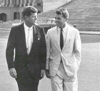 ケネディ兄弟は、非常に不都合な政治を行いだしたので、イルミナティ・金融ユダヤであるロックフェラーやアレンダレスの命令でCIAやマフィアを使って暗殺された。 オズワルドやサーハンの仕業と思っているのはB層...