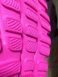 今日、アウトレットパークでアディダスのスニーカーを買いました。 家に帰って靴裏の強度をみつために、手で靴裏を曲げてみたんです。(靴を履いた時、爪先立ちして曲がるくらいの程度) 私が曲 げたせいか、もと...