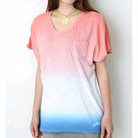 Tシャツの染め方について質問があります。自分で白いTシャツの裾の方を染めたいなと思っているのですが、画像の青い部分のように、狭い範囲でグラデーションをつけることができる染め方はありま すか? 自宅でできると嬉しいのですが… ご存知の方いましたら教えてください。