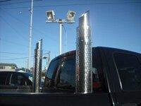 ピックアップトラックに煙突マフラーって、何センチまでなら車体から出していいんですか?