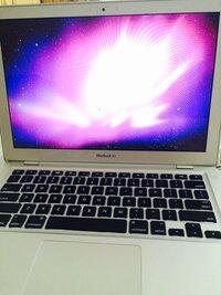 MacBook Airで、ソフトウェアアップデートしたくてダウンロードはされるんだけど、その後の再起動で添付した写真のような画面から一向に動かない時どうすればよいでしょうか。