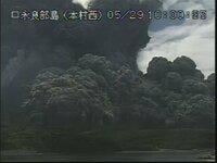 鹿児島県 口永良部島が噴火しました。 気象庁火山カメラの噴火の瞬間の映像。  今の時間ならまだ見れます。(10時27分現在)  こないだの地震は、口永良部島の噴火の前兆だったのですか?