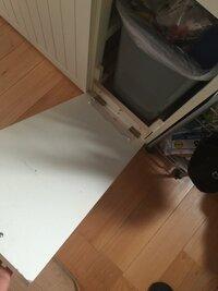DIY 釘?ネジ? どちらがいいのでしょうか。  先ほど、主人が我が家のゴミ箱を壊してしまいました。 写真のとおりです。  取っ手を持ち、扉を手前に開くと、中に設置しているゴミ箱が斜めに出てくるタイプの...