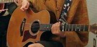 アコースティックギター未経験者です。アコースティックギターを始めようかと思っています。ギターを買いたいのですが、画像のようなデザインや色合いで2万円弱のギターはありますか?