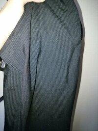 葬儀に喪服は普段着ている線の入ったスラックスに真っ白の長袖ワイシャツ、黒ネクタイ、レンタルの式服ジャケットではマズいでしょうか?