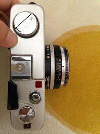 レンジファインダーカメラ、ミノルタ ハイマチックF を譲っていただきました。 カメラには詳しくないです。  この間 写真を撮って現像してみたのですが、近く(のもの)を写した写真などはぼけ て仕上がっていました。  レンズのダイヤル(?)で像を調節するようですが、コツがいまいち掴めません。  近距離(もしくは手前)のものにピントを合わせる時はどちら(もしくは数値)にダイヤルを回す...