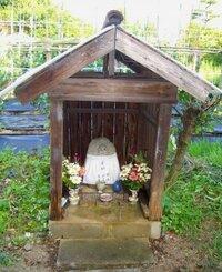 お地蔵様が入っている写真にうつる小屋(?)の名称はありますか?