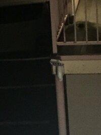 アパートの監視カメラ? の様なものが急に取り付けられました 階段の所なのですが勘違いかもしれませんが 監視されてるようで気持ちが悪いです 上にライトが付いていて、下にレンズっぽい小 さい穴があります 階段の近くに明るいライトがあるのに 関わらず急に設置され、怪しいです 勘違いならいいのですが、、、 写真を乗せておくので分かるかたいたら 教えて下さい