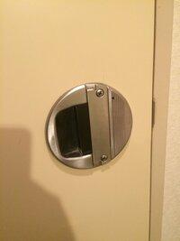 古い物件 トイレ 鍵 開かなくなった  なんかの拍子で内側の鍵がかかってしまいドアが開かなくなってしまいました。  画像のような古いタイプの鍵で自分で開けることは無理なのでしょうか? 対処方など回答よろしくお願いします。