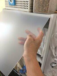 カラーボックスに柔らかい透明な板(PV的な?百均で買った板)で蓋を付けようと思います。 上の段だけでいいのですが、写真のように開閉する感じにしようと思った時、板の厚みが1ミリか1.5ミリほどしかないのに気づ...