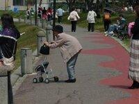 日本では腰が曲がった老人がいますが、海外では見た事が ありません。  気のせいかな?  あなたの住む国にはいますか?