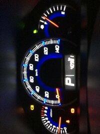 車のエンジンかけると、スピードメーターの左上に電池切れみたいなマークが出ますが、これはバッテリー切れという意味ですか? 対処もお願いします!