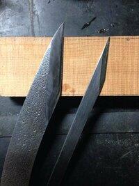 「OLFA」に代表される替え刃式カッターナイフで家事や事務作業は充分事足ります。 しかし、あえて昔ながらの小刀、切り出しを使っている方はどのようなときに使っていますか?  普通片刃であり方向があります。研ぎが必要です。(あらゆる刃物で研ぎ作業は楽な部類です。)高価なものだと5000円以上します。  自分は木工や皮革加工の際、カッターでも充分ですが高揚感を得るため用います。単なる自己満足です。...