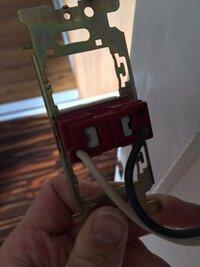 東芝の旧型のスイッチ、コンセントを交換したいのですが、電線はずし穴の外し方がわかりません。パナソニックのようにマイナスドライバーを刺せばいいものとは違うようで、うまくいきません。教えていただけますか?