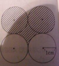 半径が1cmの4つの円並んでいる。斜線部の面積を求めなさい。円周率はπとする。 解説お願いします。