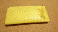 ATAOパイソンのお財布に油汚れ。  お財布を取り出した際に汚れを発見。 バッグの中を確認すると 杏油で漬けた櫛がハンカチから出ていたので、 恐らく杏油がお財布についたのだと思います。 そこで、パイソン...