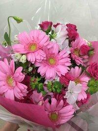 この花束に使われているお花の種類を教えてください。ガーベラ、バラ、スイートピーはわかるのですが…