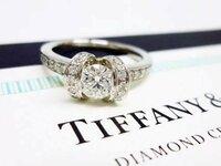 Tiffanyのリボンリングは50代でも、60代でもおかしくないですか? ザ婚約指輪ってものより、普段つけやすいかな?と思いますが、どーでしょうか? 実際持ってる方など、お話聞かせてください