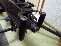 ブローニングM2重機関銃のセーフティはどのようにロックするのでしょうか? 先日、当方は12.7mm重機関銃M2を購入致しました。現在は展示の為に補修作業を行っておりますが、本銃の安全装置の操作が分かりません。逆U字状のトリガーの中央に位置するボタンを押した状態が安全装置解除なのでしょうか? ご回答、よろしくお願い致します。