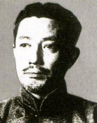北一輝について・・・です。 北一輝って「革新右翼」や辞書によっては「日本ファシストの首謀者」と書かれていますが、 あの時代で、彼の独自の発想は、かなり革新的ではないでしょうか? しかし、北一輝の評価を難しくしているのは、かなり革新的でリベラルな面を持っている一方で、対外拡張などの軍国主義・過激主義的な精神を同時に持っていることです。 また、右翼と呼ばれている割には、元々は左派・革新的な...