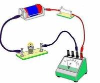 電流計の繋ぎ方についてです。写真のような繋ぎ方をすると、豆電球の両方にマイナスが流れています。電流計は、プラスだけをはかるのですか?