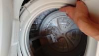 洗濯機の液体洗剤を入れる場所がわかりません(画像あり) ゴミのフィルターを倒すとこんな風になってるのですが、ここに入れればいいのですか?  それとも、この写真の左の角にすこし入れるようなところが見えるの...