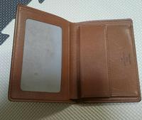写真のヴィトン財布の型番もしくは名前わかる方いたら教えてください。 写真入れが付いていてスペイン製の2つ折り財布、珍しい型です。