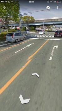 直進レーンから左折してきた車にぶつかりそうになりました 道路の様子は写真を見てください  交差点での出来事です 赤信号で私は原付で左の左折直進レーンで止まっていました 車が真ん中の直進レーンで止まっていました  青信号になったので発進して直進しようとしたところ直進レーンの車が左折してきて前を横切って行きました その時車はウインカーを出していたと記憶しています  信号で止まっている時に直進レー...