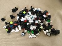 助けて下さい。。 ルービックキューブ4×4×4 moyu AoSuを分解したのですが、 完全に組み立てられなくなりました。 どなたか組み立て方をご存知の方 どうやったら戻せるのか教えていただきたいです。 というかそもそも戻せるんですかー??