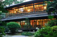 私の高祖父が今からは07年前の明治42年(1909)に、当時「朝鮮の二大資産家」と呼ばれた和歌山県出身の迫間房太郎の釜山東萊の別邸の日本建築と庭園を設計しました。その物件がこの8月に破壊され ます。 そこで建...